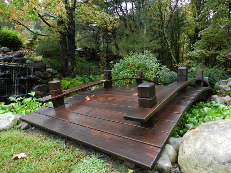puente en jardin